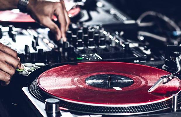 Hallenbar mit DJ Nouki