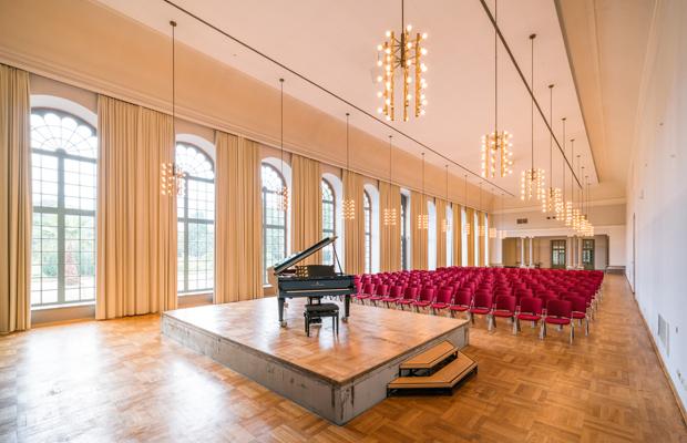 Saal mit Bühne und Konzertflügel (Orangerie)